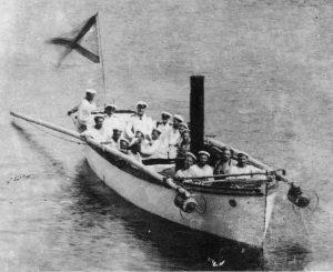 """Şalupa torpiloare """"Xenia"""" a mai dat o lovitură navei turceşti, care, la ora 3 dimineaţa, s-a scufundat în valuri, pavilionul acesteia fiind luat ca trofeu."""
