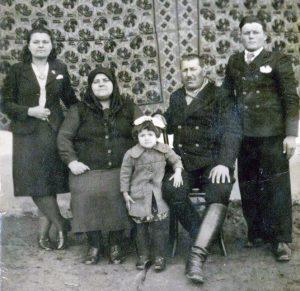 Ion Pitigoi , alaturi de parinti si cele doua surori (o parte din familie).