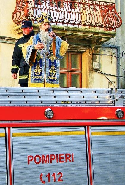 Ziua Bobotezei. Sfințirea apei din rezervoarele mașinilor de pompieri, altă modalitate ilară și aburdă de a ieși în prim-plan