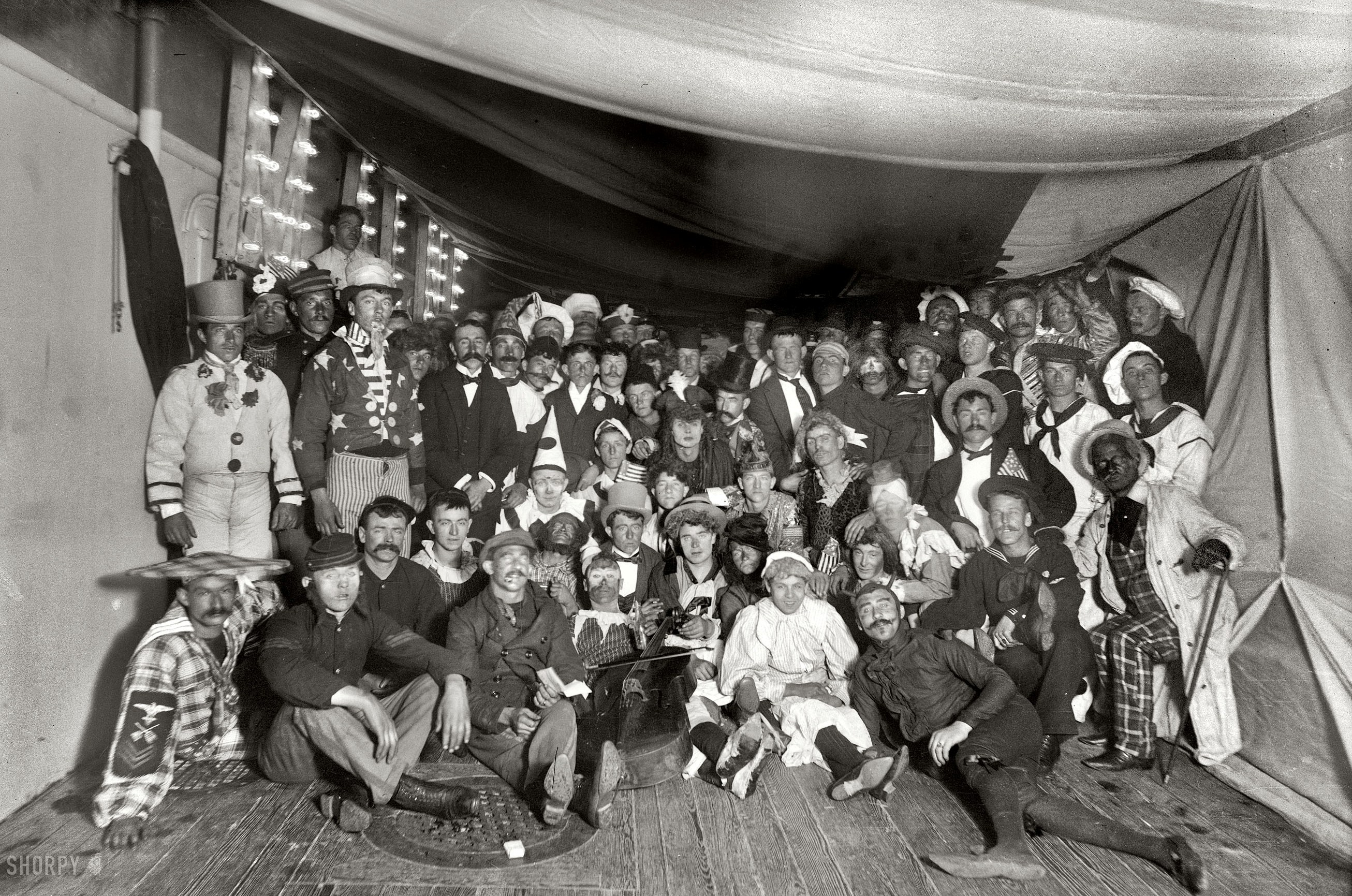 Marinari la bordul bastimentului USS MAINE (în 1896), cu doi ani înainte de explozia din portul Havana, care a ucis cea mai mare parte a echipajului și a precipitat războiul spaniol-american.