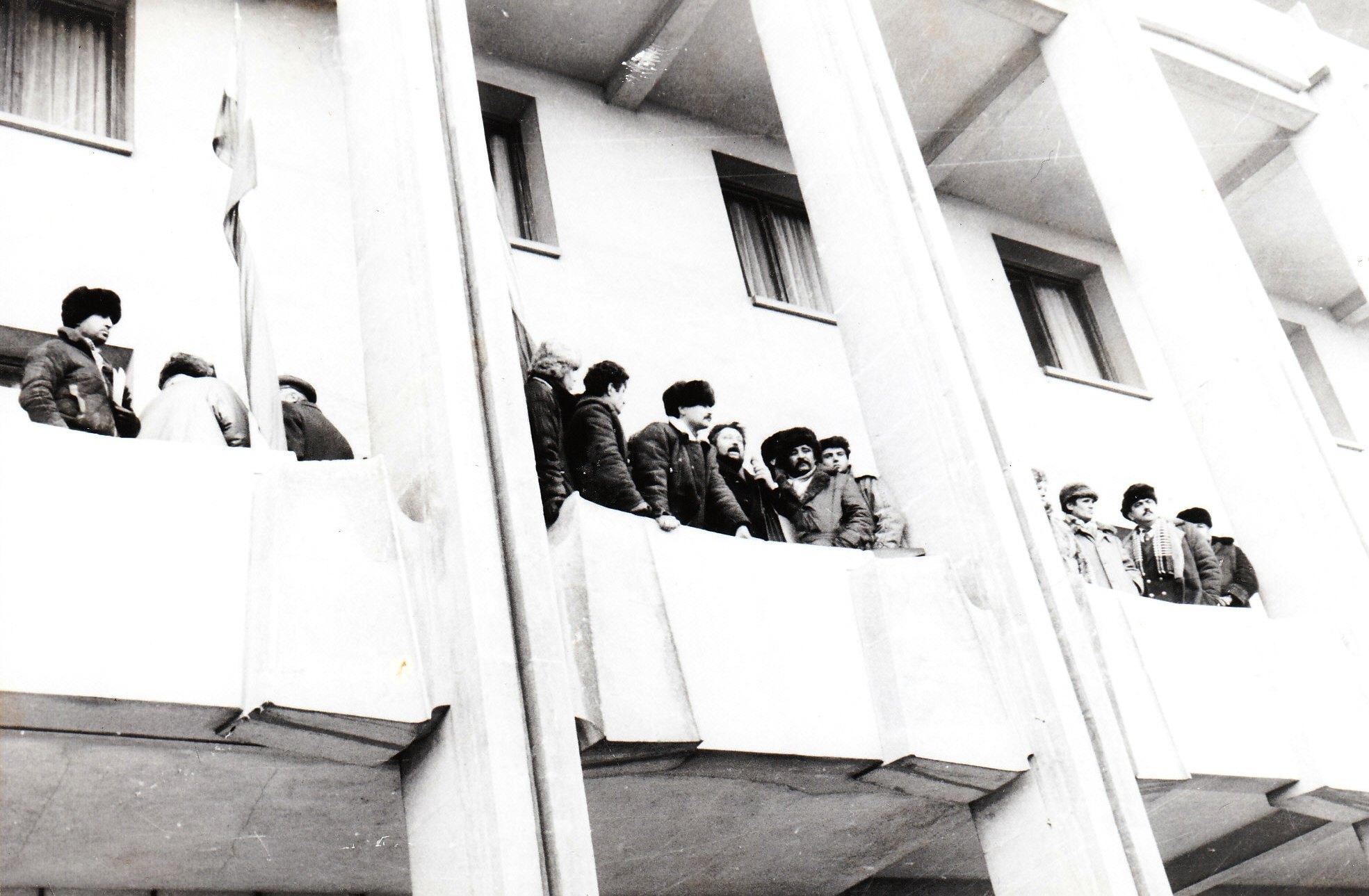 Balconul Comitetului Județean al P.C.R. Constanța (Casa Albă) în ziua de 22 decembrie 1989.