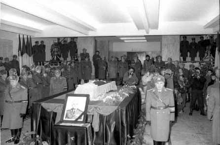 De gardă la catafalcul generalului Vasile Milea.