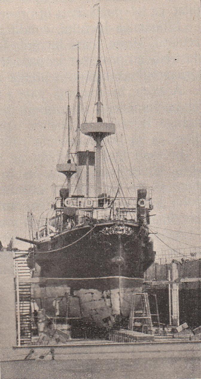 """Crucișătorul """"Elisabeta"""" pe docul plutitor."""