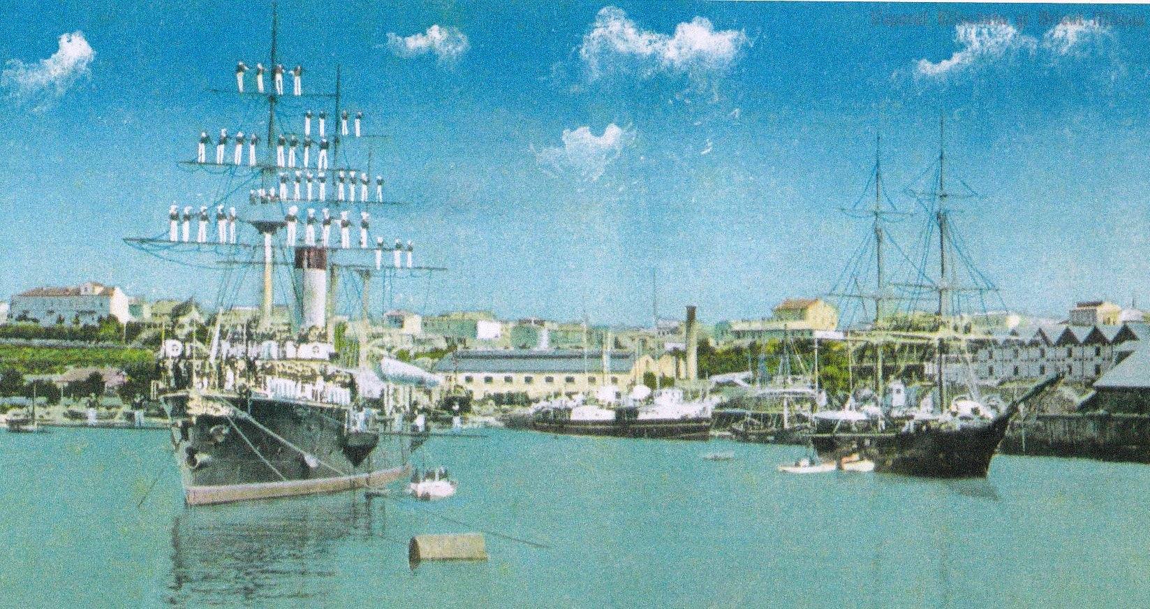 """Crucișătorul """"Elisabeta"""" și bricul """"Mircea"""" (dreapta) în portul Constanța."""