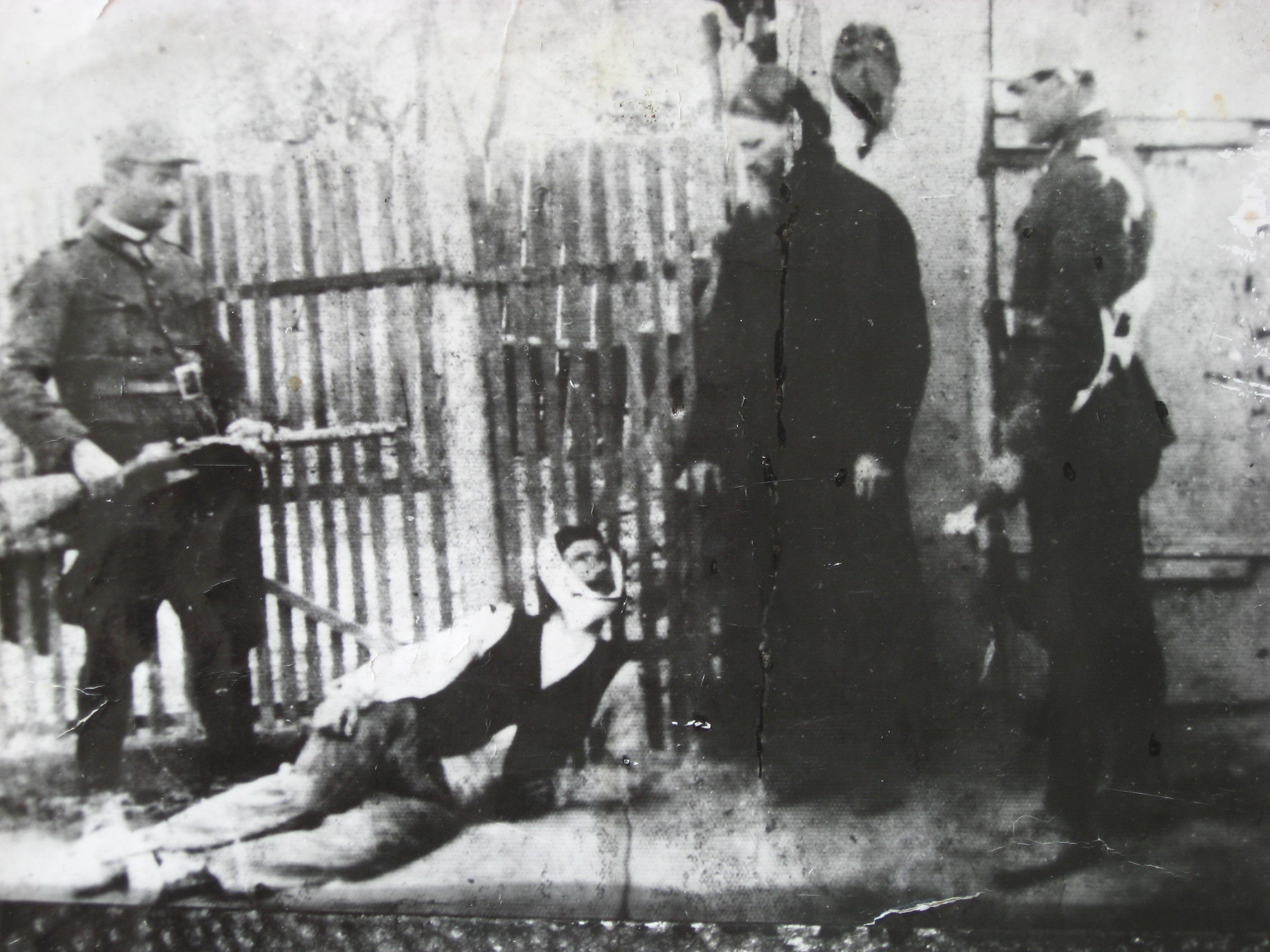 Rănit grav prin împușcare, Terente zace la pământ și este scuipat de preotul Filip Terente a cărui soție a fost violată de bandit.