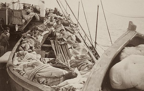 Înghesuială pe o navă cu emigranți evrei.