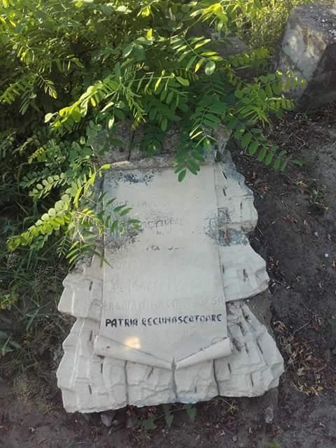 """Mormântul maistrului Otto Angelescu, decedat în naufragiul torpilorului """"Smeul"""", la data de 2 aprilie 1917, mormânt aflat în cimitirul ortodox din Sulina."""