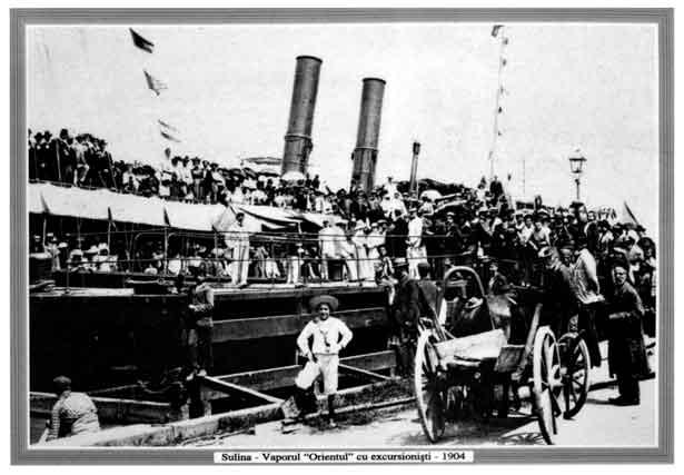 """Nava fluvială de pasageri """"Orientul"""" în portul Sulina, anul 1904."""