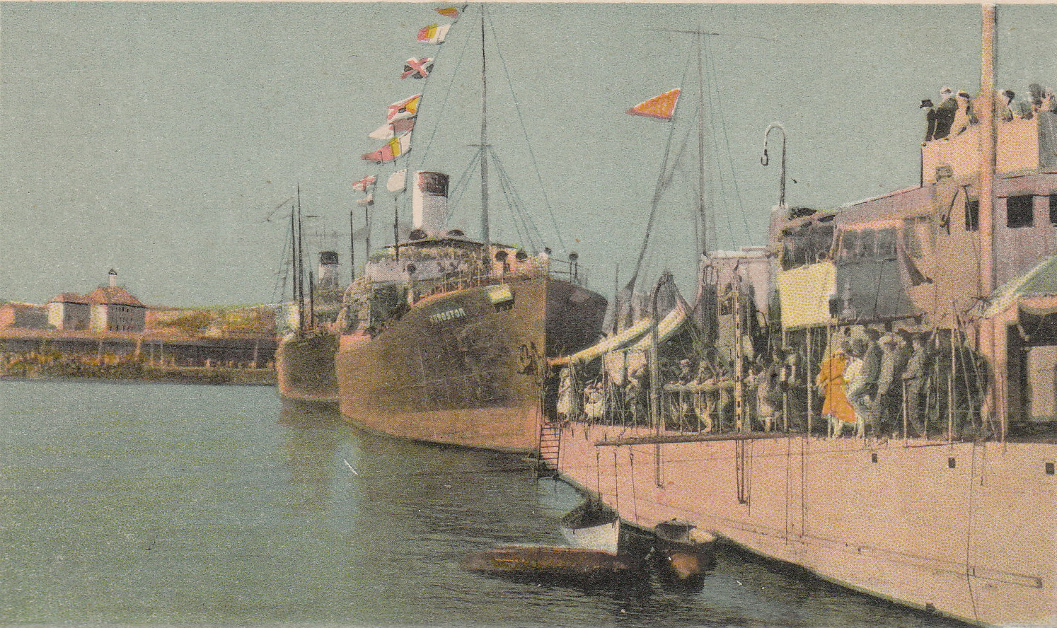 """Nava mixtă """"Durostor"""" (în mijloc) în timpul serbărilor nautice din portul Constanţa."""