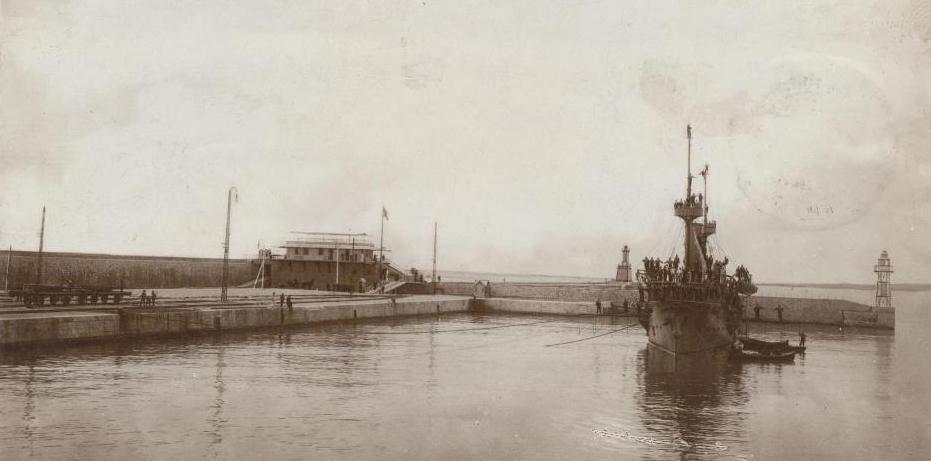 """Portul Constanța - crucișătorul """"Elisabeta"""" în fața Pavilionului Reginei."""
