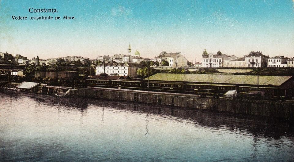 Portul Constanta (bazinul vechi) la începutul anilor 1900. Se văd clădirile orașului.