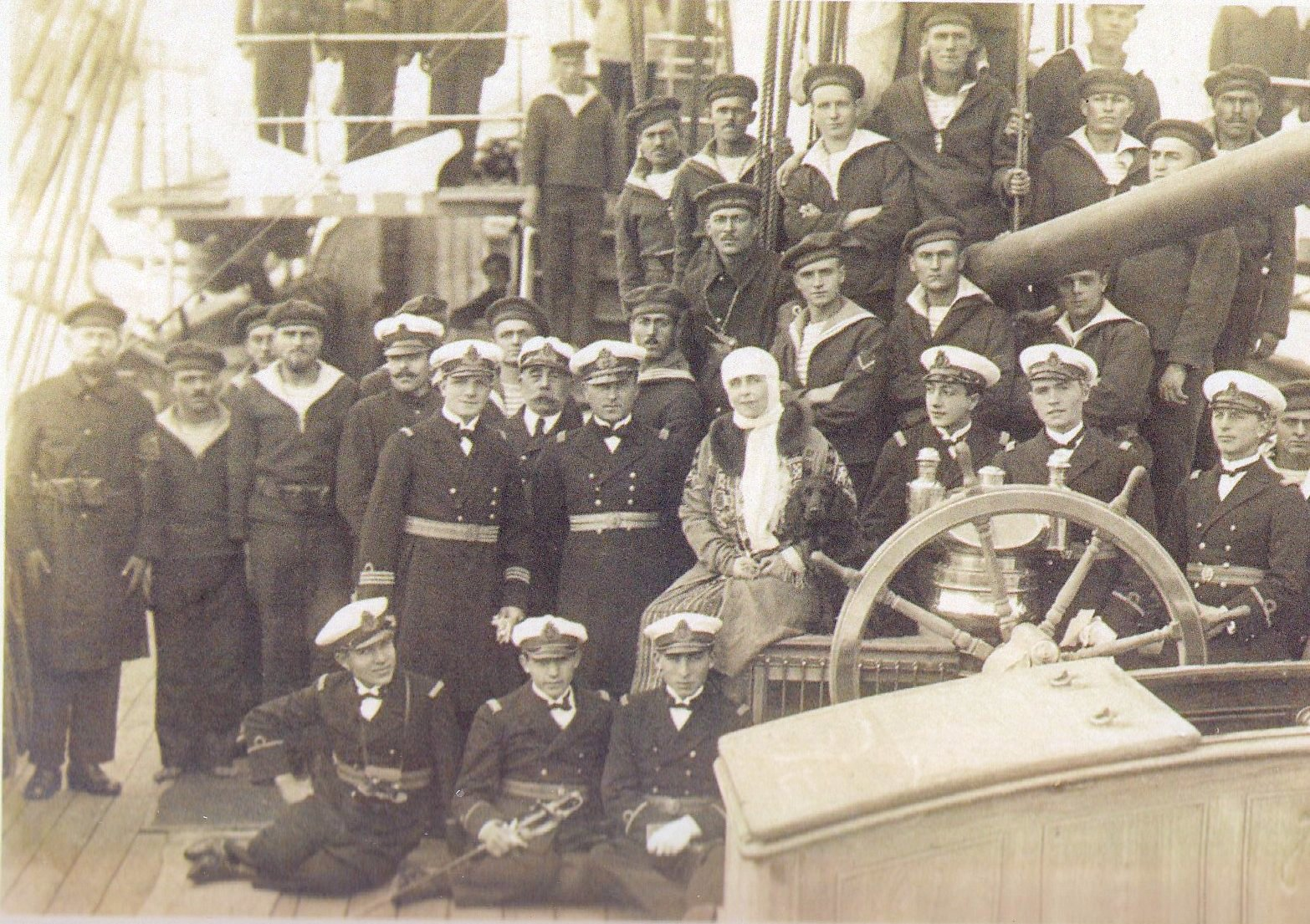 "Regina Maria printre marinari la bordul bricului ""Mircea""."