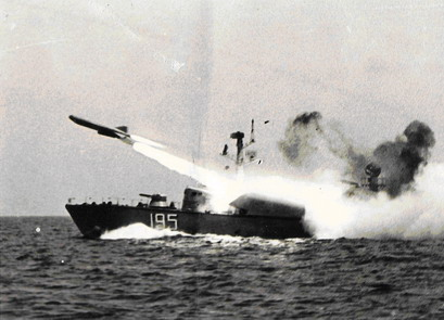 VPR 195 lansând o rachetă P-15.