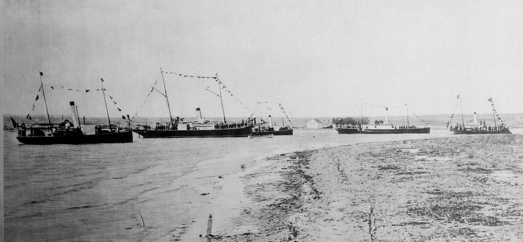 """De la stânga la dreapta: o șalupă canonieră, canoniera """"Grivița"""", canoniera """"România"""", canoniera """"Fulgerul""""."""
