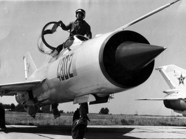 """,,Războiul radio-electronic"""" a fost cea mai ciudată confruntare în care au fost implicate, vreodată, forțele militare române. Dacă la acesta adăugăm ,,arma holografică"""" și ,,OZN""""-urile care au ,,invadat"""" radarele Aviației, avem imaginea unui veritabil ,,război SF"""" despre cei care noi, cei contemporani cu evenimentele, nu aveau habar că se duce chiar sub ochii noștri."""