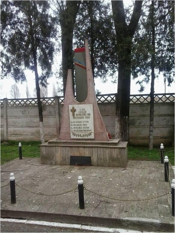 Monumentul ridicat la Tuzla în memoria celor patru eroi martiri decedați în tragedia elicopterului 89.