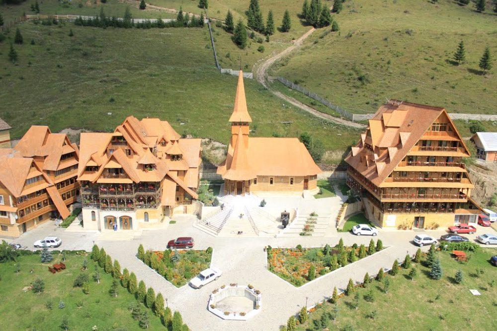 Baza creștină de odihnă și tratament recuperator Sf. Procopie și Elisaveta de la Dorna Arini, aparținând ÎPS Teodosie al Tomisului.