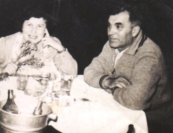 """15 iulie 1960 Constantin (Bibi) Costăchescu, împreună cu soția sa, Alexandrina, la restaurantul """"Transilvania"""" din Constanța."""