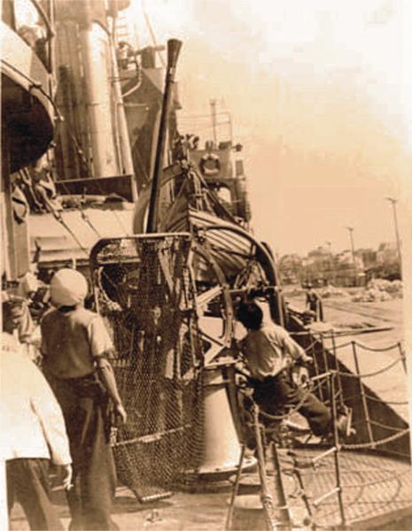 """Post de luptă antiaeriană (tun tip """"Boffors"""" de 20 mm) de pe nava-bază Constanța"""" (anul 1941)."""