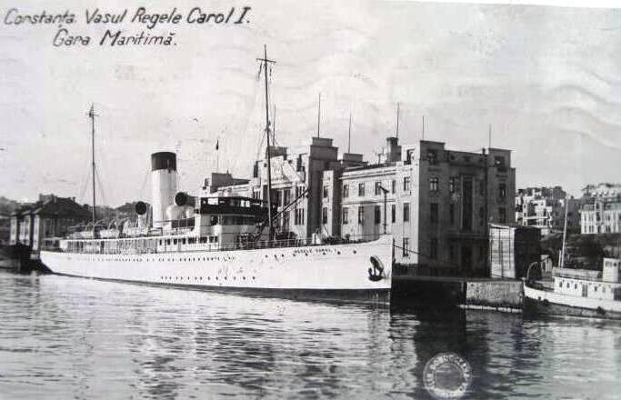 """Nava de pasageri """"Regele Carol I"""" acostată în fața Gării Maritime din portul Constanța."""
