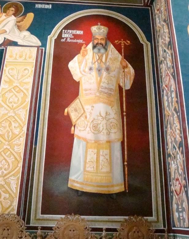 """Mănăstirea Hadâmbu: portretul Patriarhului Daniel într-o frescă de la intrarea în Biserica nouă cu hramul """"Acoperământul Maicii Domnului""""."""