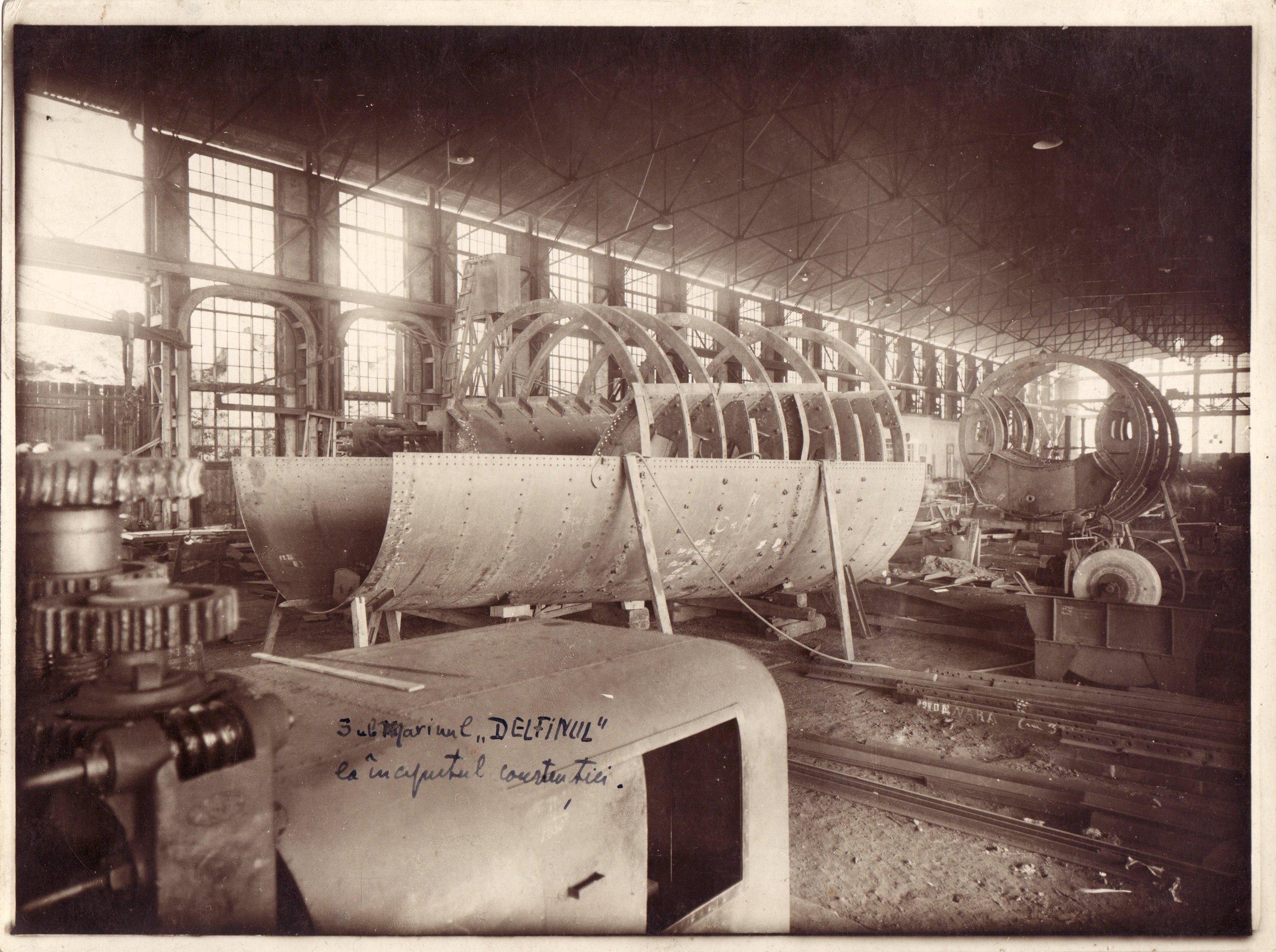 """Aspect din timpul construiriii submarinului """"Delfinul"""" în Șantierul Naval din Fiume (Italia)."""