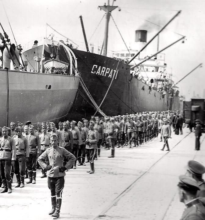 """Cargoul """"Carpati"""" la Varna (in prova cargoul bulgaresc """"Varna"""" ]n care se imbarca o unitate de cavalerie bulgara destinata sa ocupe Cadrilaterul (19 septembrie 1940)."""