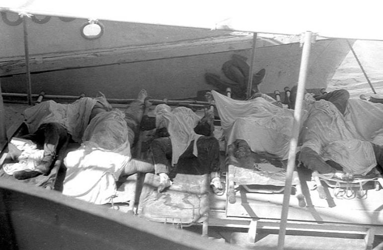 """Cadavre recuperate și așezate pe puntea navei """"Mogoșoaia""""."""