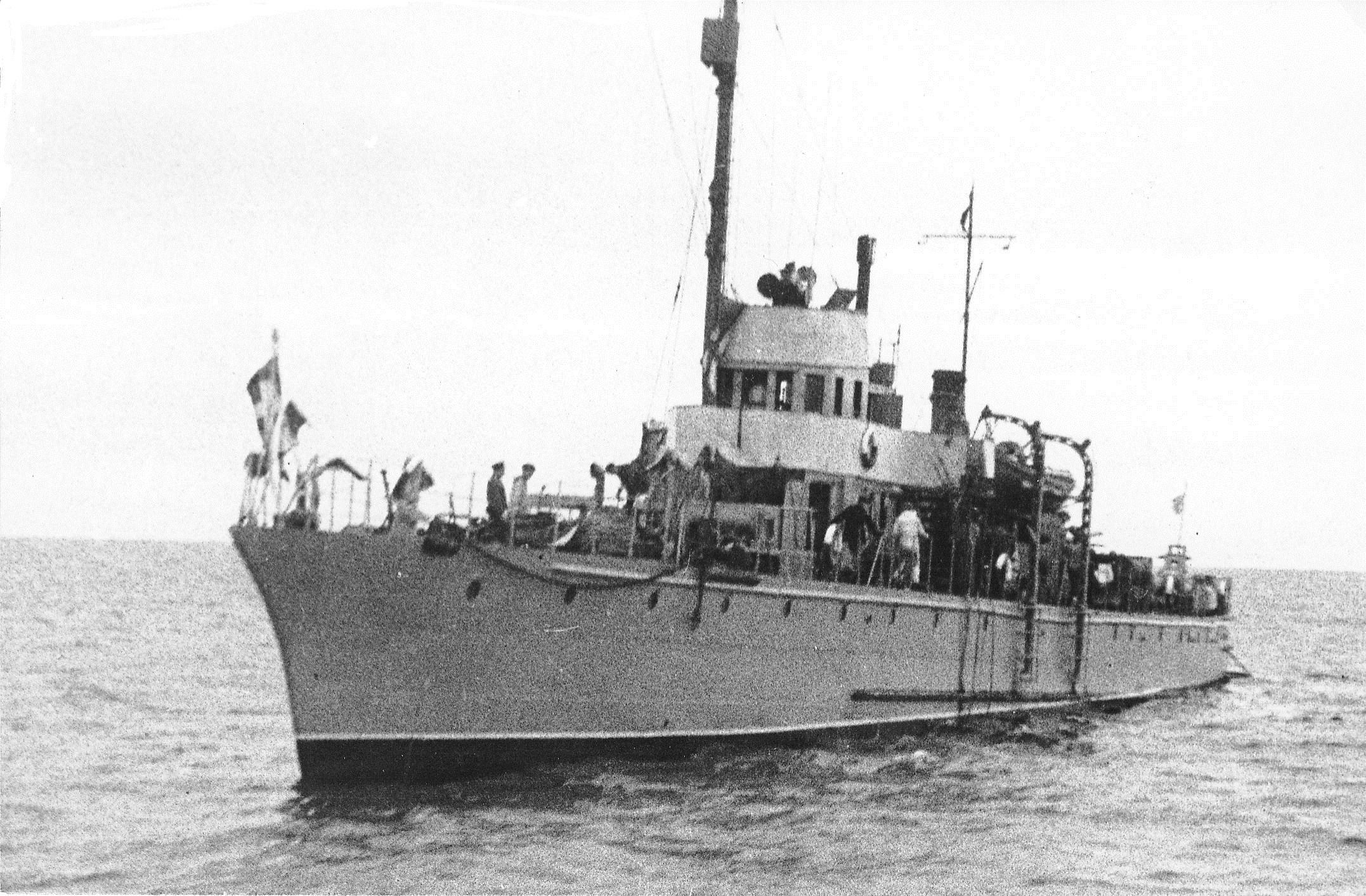 """Canoniera """"Lt. Eugen Stihi"""" a facut parte din escorta convoiului și a participat la pescuirea supraviețuitorilor."""