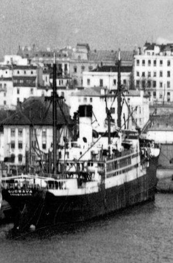 """Cargoul """"Suceava"""", ex-""""Albert Vögler"""", în portul Constanța. În plan îndepărtat se văd clădirile cunoscute ale orașului."""
