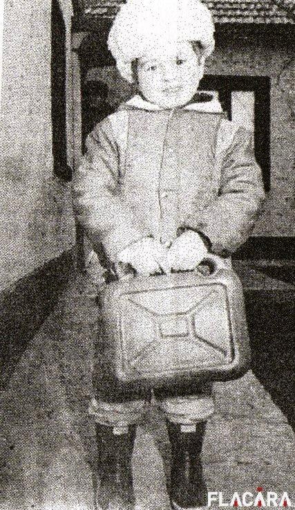 Eugen Malihen (4 ani) și bidonul din plastic cu care s-a salvat din tragedie.