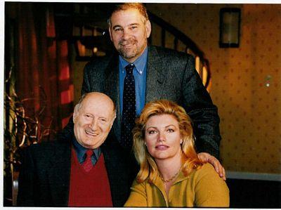 """David Stoliar (stânga, jos), împreună cu Victoria Barret și istoricul Michael Berenbaum (realizatori ai unui film artistic inspirat din tragedia navei """"Struma""""."""
