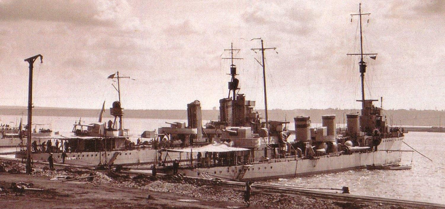 """Distrugatoarele """"Regele Ferdinand"""" si """"Regina Maria"""" (aici, la Constanta) au facut parte din escorta convoiului din care facea parte nava mixta """"Cavarna"""". la Constanta"""