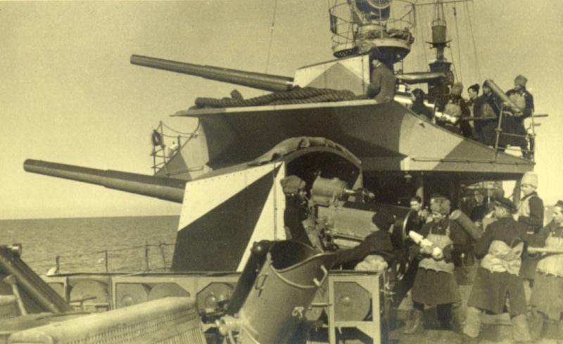 """Distrugătorul """"Regele Ferdinand"""". Încărcarea și armarea tunurilor de la bord."""