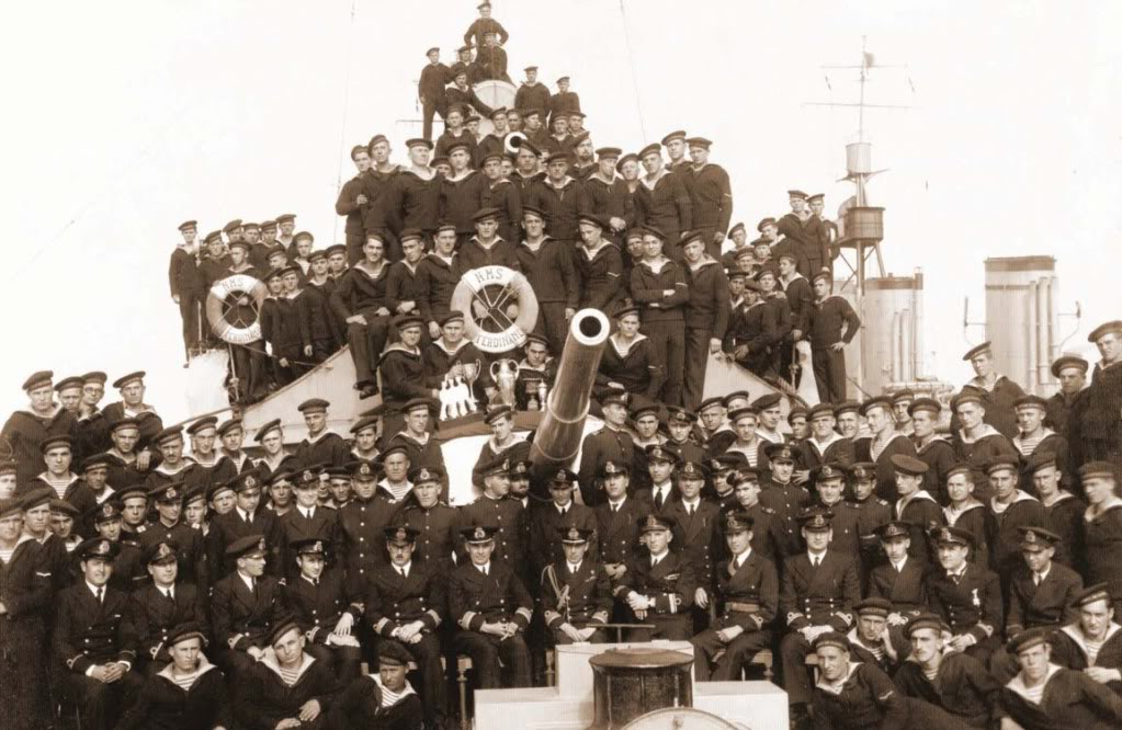 """Echipajul distrugătorului """"Regele Ferdinand"""", fotografiat pe puntea navei."""