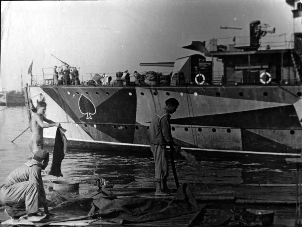 """Distrugătorul """"Regele Ferdinand"""". Tunul nr. 2 de 120 mm a fost înlocuit cu tunul multi-rol tip """"Krupp"""" de 88 mm."""