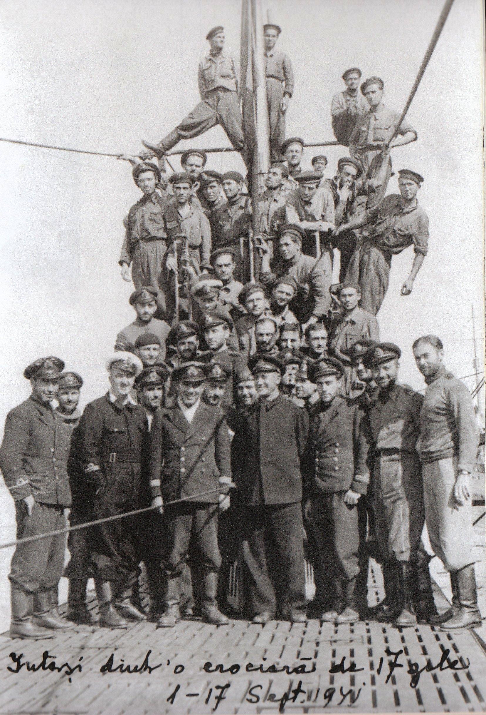 """Echipajul submarinului """"Delfinul"""", revenit dintr-o crucieră de 17 zile (1 - 17 septembrie 1941)."""