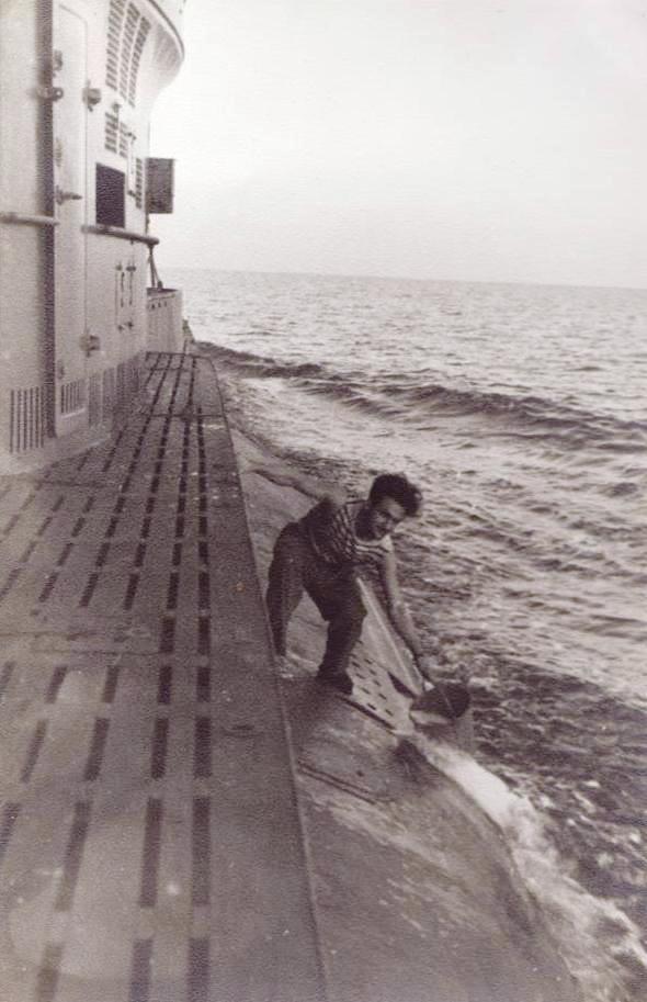 Ion Hadjiu (Agiu), medicul navei, ieșit să răpească mării o găleată cu apă.