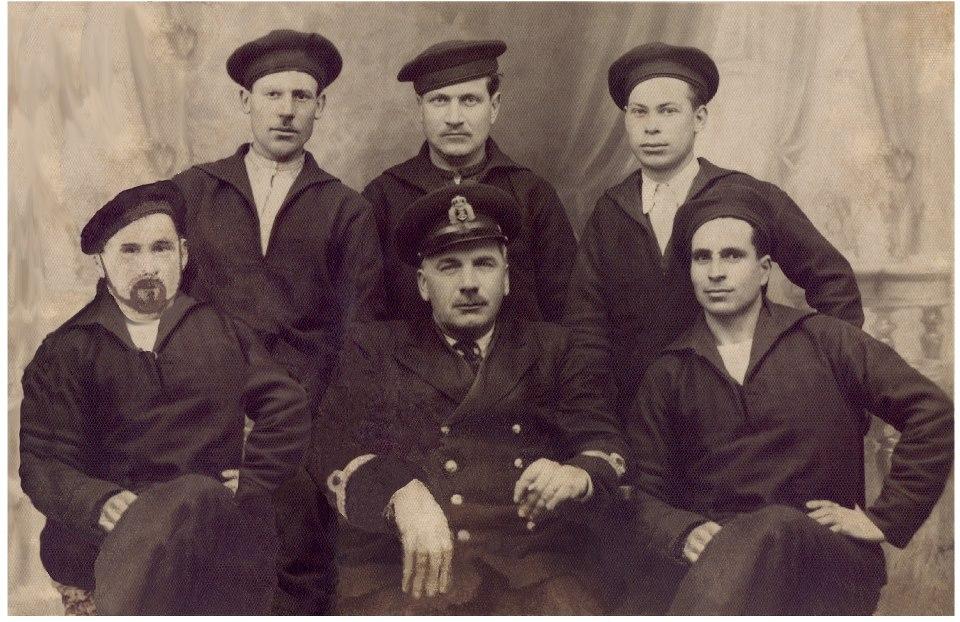 """Căpitanul Constantin Costachescu (în mijloc, rândul de jos) înconjurat de câțiva membri din echipajul submarinului """"Delfinul"""" În spatele său se află Ion Hadjiu, medicul navei."""