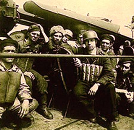 """Militari evacuați din Crimeea, la bordul distrugătorului """"Regele Ferdinand""""."""