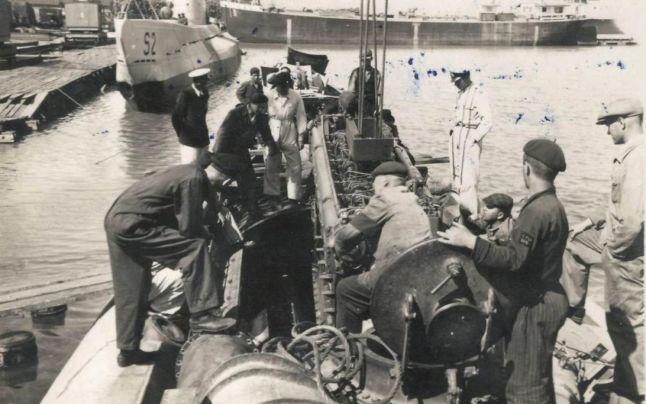 """După ce U.R.S.S. a retrocedat o parte dintre navele pe care le-a capturat Flotei Regale a României, submarinul """"Delfinul"""" a fost redenumit S-1. În imagine, montarea tunului pe puntea navei S-1."""