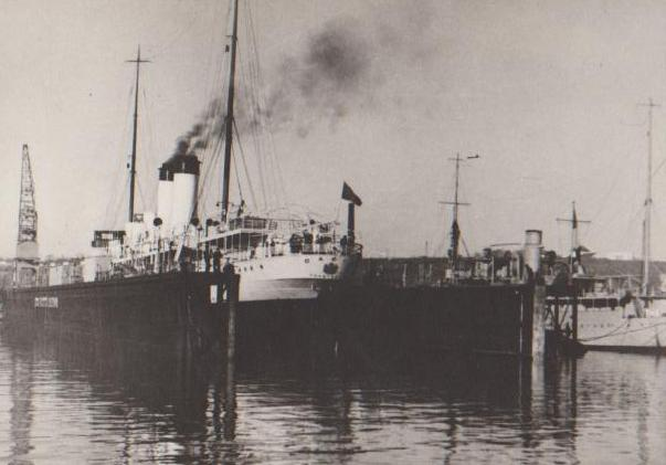 """Nava """"Dacia"""" pe docul plutitor, în timpul lucrărilor de reparații."""