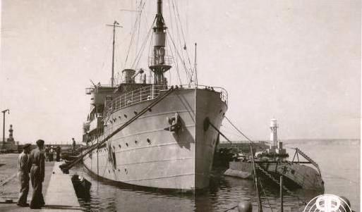 """Nava-bază """"Constanța"""" și submarinul """"Delfinul"""" în anul1936."""