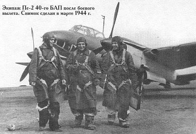 Echipajul unuia dintre bombardierele aviației sovietice care a avarita grav cargoul românesc.
