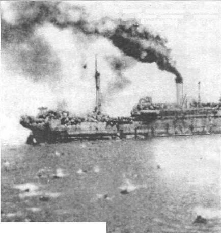 """Nava """"Alba Iulia"""" în flăcări. Trupurile a sute de militari, vii și morți, se aflau în apele reci ale Mării, în timp ce aviația sovietică îi mitralia."""