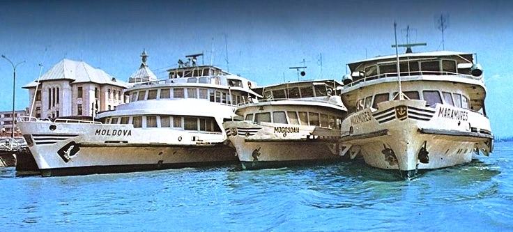 """Navele fluviale de pasageri """"Moldova"""", """"Mogoșoaia"""" și """"Maramureș"""" în fața Palatului Navigației (Navrom) din Galați (anii '80)."""