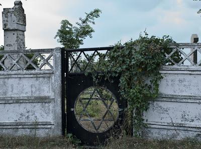 Cimitirul maritim din Sulina este singurul loc din lume în care cimitirul evreiesc este așezat lângă cel musulman.
