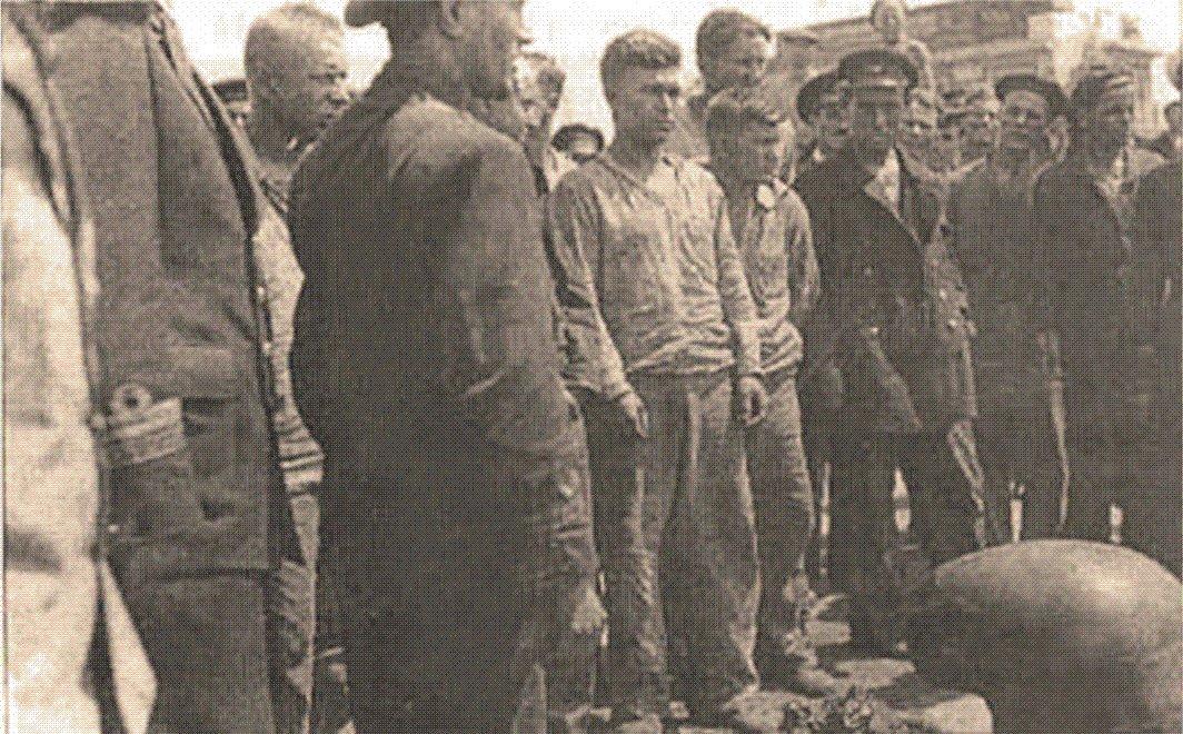 """Prizonieri sovietici de pe distrugatorul """"Moskva"""", pescuiți din apele mării de navele românești."""