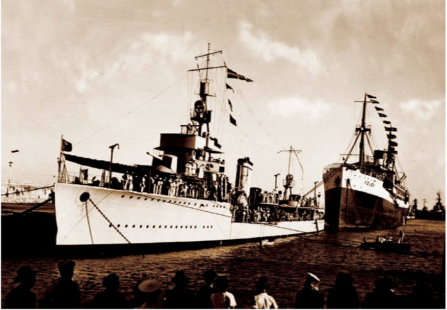 """""""Peleș"""" în pupa distrugătorului """"Regele Ferdinand"""" (portul Constanța)."""