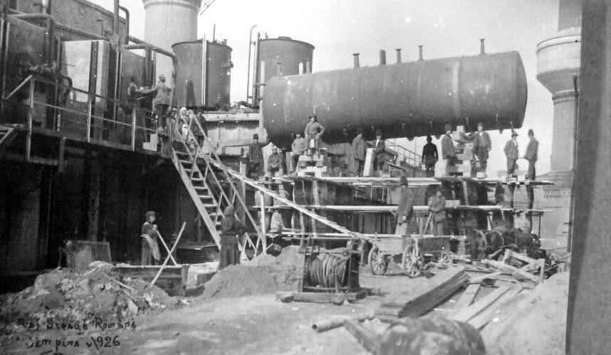 """Rafinăria """"Steaua Română"""" în anul 1926. Navele """"Steaua Română"""", ex-""""Emil Georg von Stauss"""" şi """"Principele Barbu Ştirbey"""", ex-""""Arthur von Gwinner"""" au fost primele tancuri, care, în perioada dintre cele două războaie mondiale, au transportat produse petroliere în Europa şi S.U.A."""